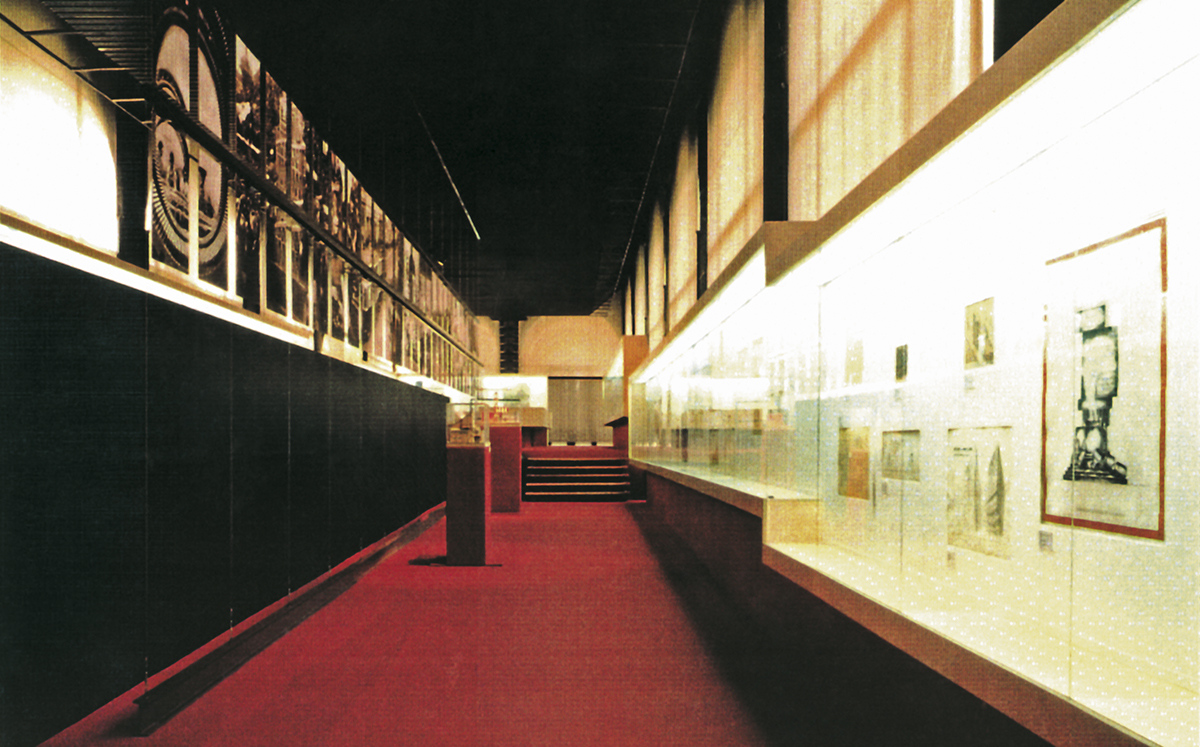 "Montaje de la exposición ""Vanguardia soviética 1918-1933. Arquitectura realizada"""